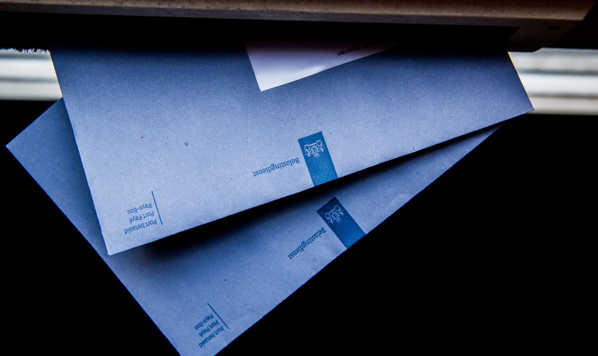 blauwe-envelop-brievenbus